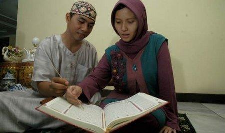 Pasangan suami istri mengaji