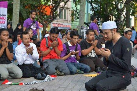 Berdoa di halaman