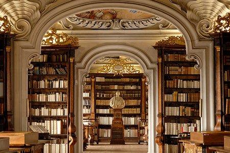 Buku di perpustakaan