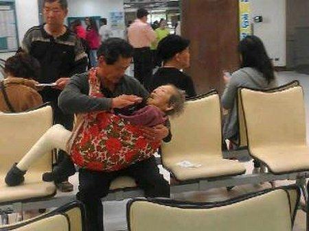 Ibu di gendong anak di suapin