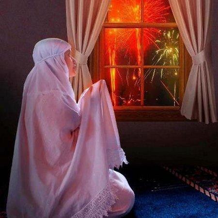 Ibu berdoa dekat jendela