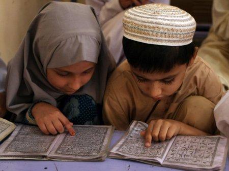 Anak- lcowo dan cewe membaca-al-quran