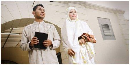 Pasangan Suami-Istri bawa sajadah