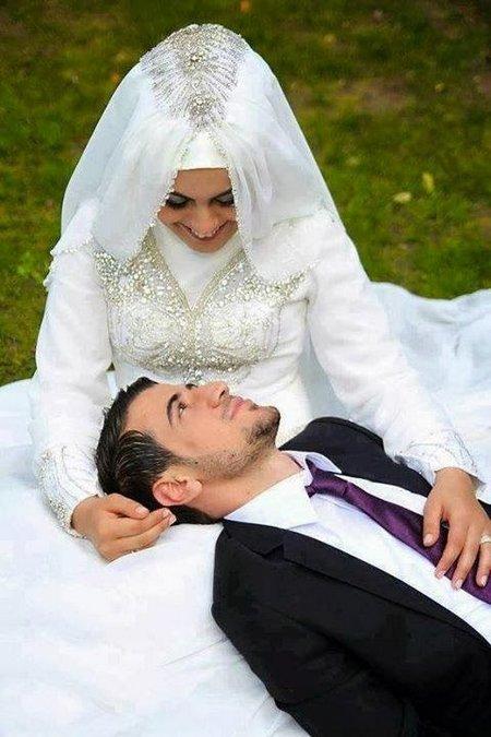 Pengantin laki tidur di pangkuan istri