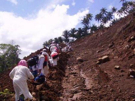 Dakwah jamaah-jalan-kaki-di-daerah-gempa-bumi