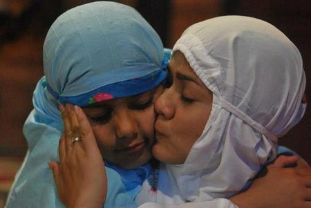 Ibu cium anak