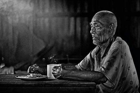 Ayah tua minum kopi