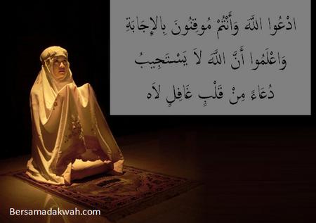 Berdoa cewe arab
