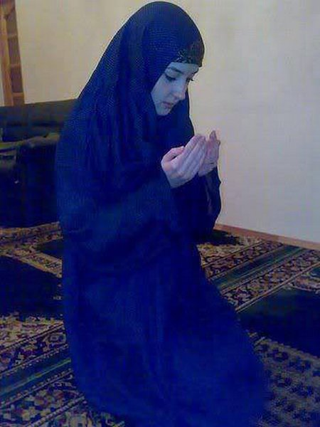 Berdoa cewe biru