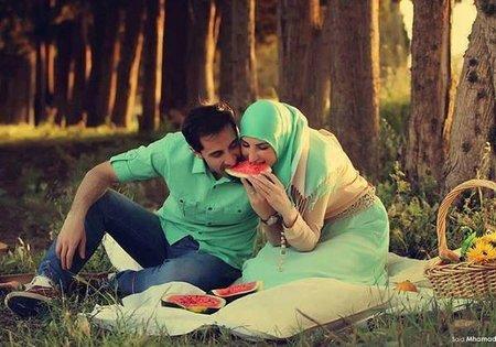 Pasangan suami istri makan semangka