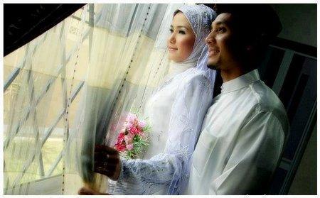 Pasangan pengantin di jendela