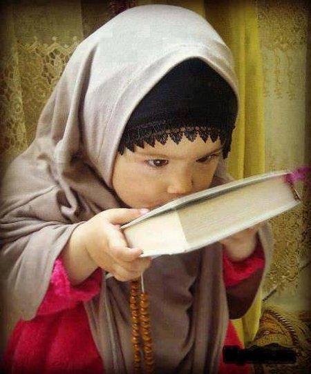 Anak cewe cium quran