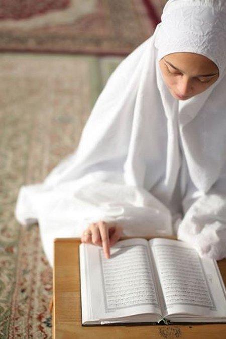 Muslimah baca quran putih