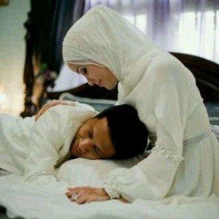 Suami dipangkuan istri