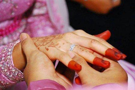 Tangan tukar cincin pink