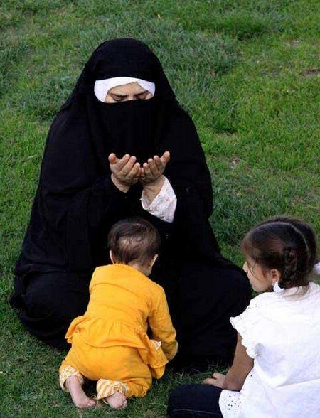 Ibu berdoa depan anak