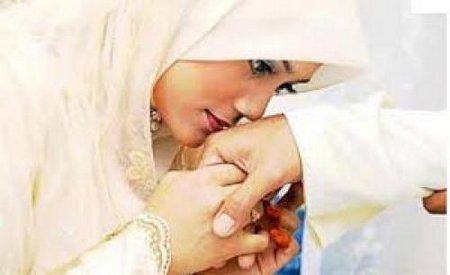Istri cium tangan suami