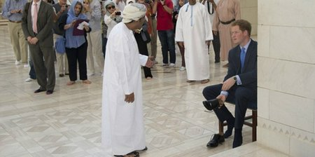pangeran-harry-lepas-sepatu-saat-masuk-masjid-megah-oman