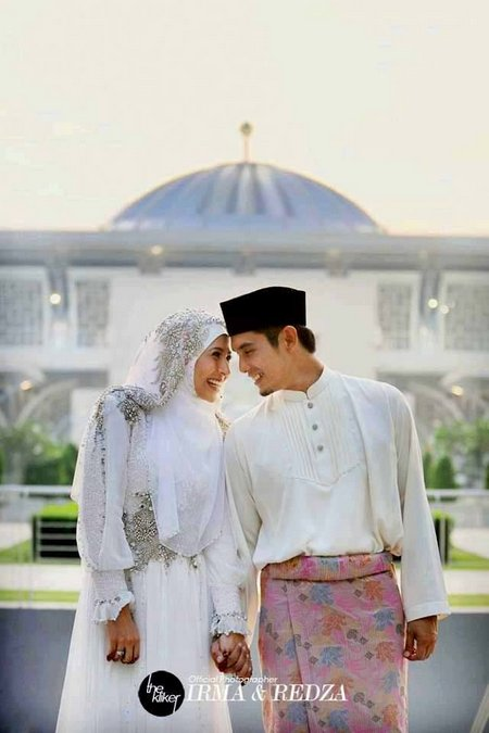 Suami istri depan mesjid