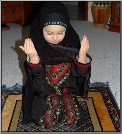 Anak cewe berdoa