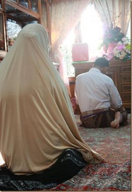 Suami istri sholat bareng